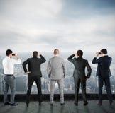 Hombres de negocios que miran al futuro foto de archivo