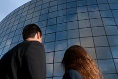 Hombres de negocios que miran el buen edificio de la expectativa Fotos de archivo