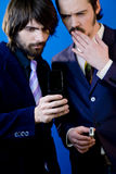 Hombres de negocios que miran el teléfono imagenes de archivo