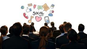 Hombres de negocios que miran iconos sociales de los medios metrajes