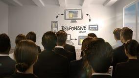 Hombres de negocios que miran la pantalla digital que muestra diseño responsivo