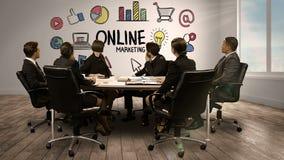 Hombres de negocios que miran la pantalla digital que muestra el márketing en línea