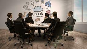 Hombres de negocios que miran la pantalla digital que muestra la computación de la nube almacen de video