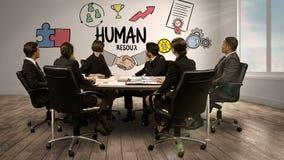 Hombres de negocios que miran la pantalla digital que muestra recursos humanos