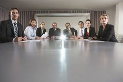 Hombres de negocios que miran la presentación en la sala de conferencias imagenes de archivo