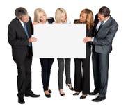 Hombres de negocios que miran a la tarjeta en blanco imagenes de archivo