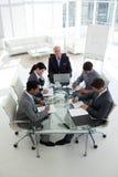 Hombres de negocios que muestran diversidad en una reunión Foto de archivo libre de regalías