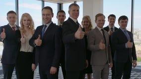 Hombres de negocios que muestran el pulgar para arriba almacen de video