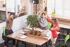 Hombres de negocios que muestran trabajo en equipo en oficina Imagen de archivo