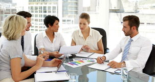 Hombres de negocios que pasan datos en la reunión