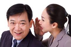 Hombres de negocios que pasan noticias de negocio positivas imagen de archivo