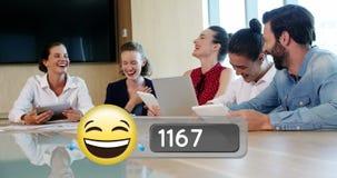 Hombres de negocios que ríen en la oficina y la cara con los rasgones del emoji 4k de la alegría almacen de video