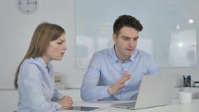 Hombres de negocios que reaccionan a la pérdida financiera en línea en el trabajo metrajes