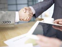 Hombres de negocios que sacuden las manos Imagen de archivo