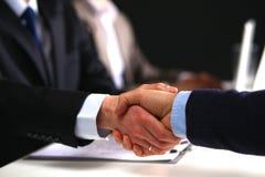 Hombres de negocios que sacuden las manos, acabando para arriba a Fotografía de archivo