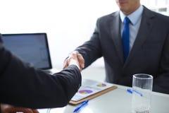 Hombres de negocios que sacuden las manos, acabando para arriba una reunión Hombres de negocios Fotos de archivo libres de regalías