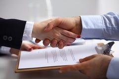 Hombres de negocios que sacuden las manos, acabando para arriba una reunión, foco selectivo Imagenes de archivo