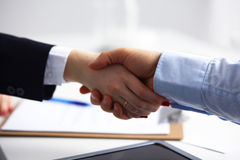 Hombres de negocios que sacuden las manos, acabando para arriba una reunión, selectiva Imagen de archivo