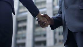 Hombres de negocios que sacuden las manos, acordadas sobre contrato, negociación acertada almacen de metraje de vídeo
