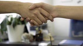 Hombres de negocios que sacuden las manos como muestra del acuerdo Ciérrese para arriba para el apretón de manos de las mujeres d metrajes