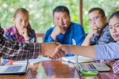 Hombres de negocios que sacuden las manos, conceptos de la colaboración del negocio, foto de archivo