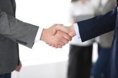 Hombres de negocios que sacuden las manos en el encuentro o la negociaci?n, primer Grupo de hombres de negocios y de mujeres desc fotografía de archivo libre de regalías