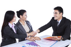 Hombres de negocios que sacuden las manos en la reunión Imagen de archivo