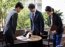 Hombres de negocios que saludan gesto de la inclinación fotos de archivo libres de regalías