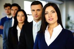 Hombres de negocios que se colocan alineados Foto de archivo libre de regalías