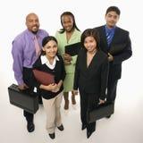 Hombres de negocios que se colocan con las carteras. imagenes de archivo