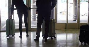 Hombres de negocios que se colocan con su equipaje