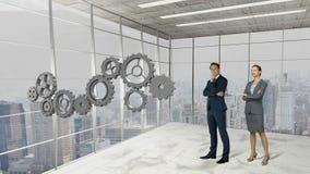 Hombres de negocios que se colocan delante de ruedas dentadas almacen de metraje de vídeo