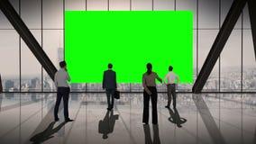 Hombres de negocios que se colocan delante de una pantalla stock de ilustración