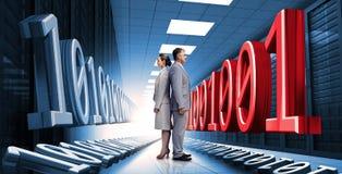 Hombres de negocios que se colocan en centro de datos con código binario Imagenes de archivo