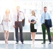 Hombres de negocios que se colocan en el pasillo de la oficina moderna Imagen de archivo