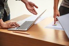 Hombres de negocios que se encuentran en el concepto de la oficina, usando ideas, cartas, ordenadores, tableta, dispositivos eleg fotografía de archivo