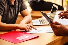 Hombres de negocios que se encuentran en el concepto de la oficina, usando ideas, cartas, ordenadores, tableta, dispositivos eleg fotos de archivo