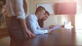 Hombres de negocios que se encuentran en oficina almacen de metraje de vídeo