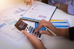 Hombres de negocios que se encuentran para analizar y para discutir la situación en el informe financiero en sala de reunión Encu foto de archivo libre de regalías