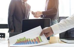 Hombres de negocios que se encuentran para discutir la situación en el mercado Imagen de archivo libre de regalías