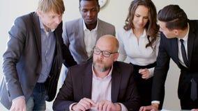 Hombres de negocios que se inspiran ideas en una oficina corporativa blanca moderna Trabajadores atractivos que construyen un pla almacen de metraje de vídeo