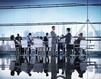 Hombres de negocios que se inspiran la ayuda Conce del trabajo en equipo de la sociedad Imagenes de archivo