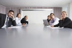 Hombres de negocios que se sientan en la sala de conferencias imagen de archivo