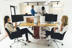 Hombres de negocios que se sientan en oficina y que aprenden nuevas tecnologías Imagen de archivo libre de regalías
