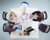 Hombres de negocios que se sientan y que discuten en la reunión de negocios Hombres de negocios Foto de archivo libre de regalías