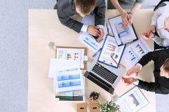 Hombres de negocios que se sientan y que discuten en la reunión de negocios Hombres de negocios Fotos de archivo libres de regalías