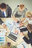 Hombres de negocios que se sientan y que discuten en la reunión de negocios Hombres de negocios Fotografía de archivo libre de regalías