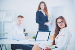 Hombres de negocios que se sientan y que discuten en la reunión de negocios, en oficina Hombres de negocios Imagen de archivo