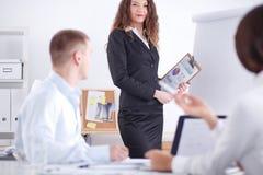 Hombres de negocios que se sientan y que discuten en la reunión de negocios, en oficina Hombres de negocios Foto de archivo libre de regalías