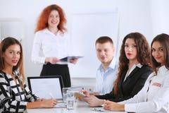 Hombres de negocios que se sientan y que discuten en la reunión de negocios, en oficina Hombres de negocios Fotografía de archivo